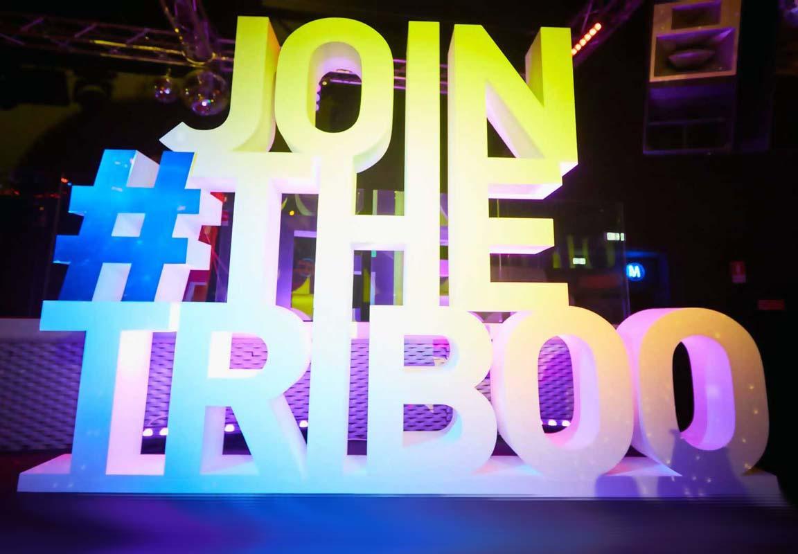 lettere giganti in polistirolo Join The Triboo sul palco della discoteca