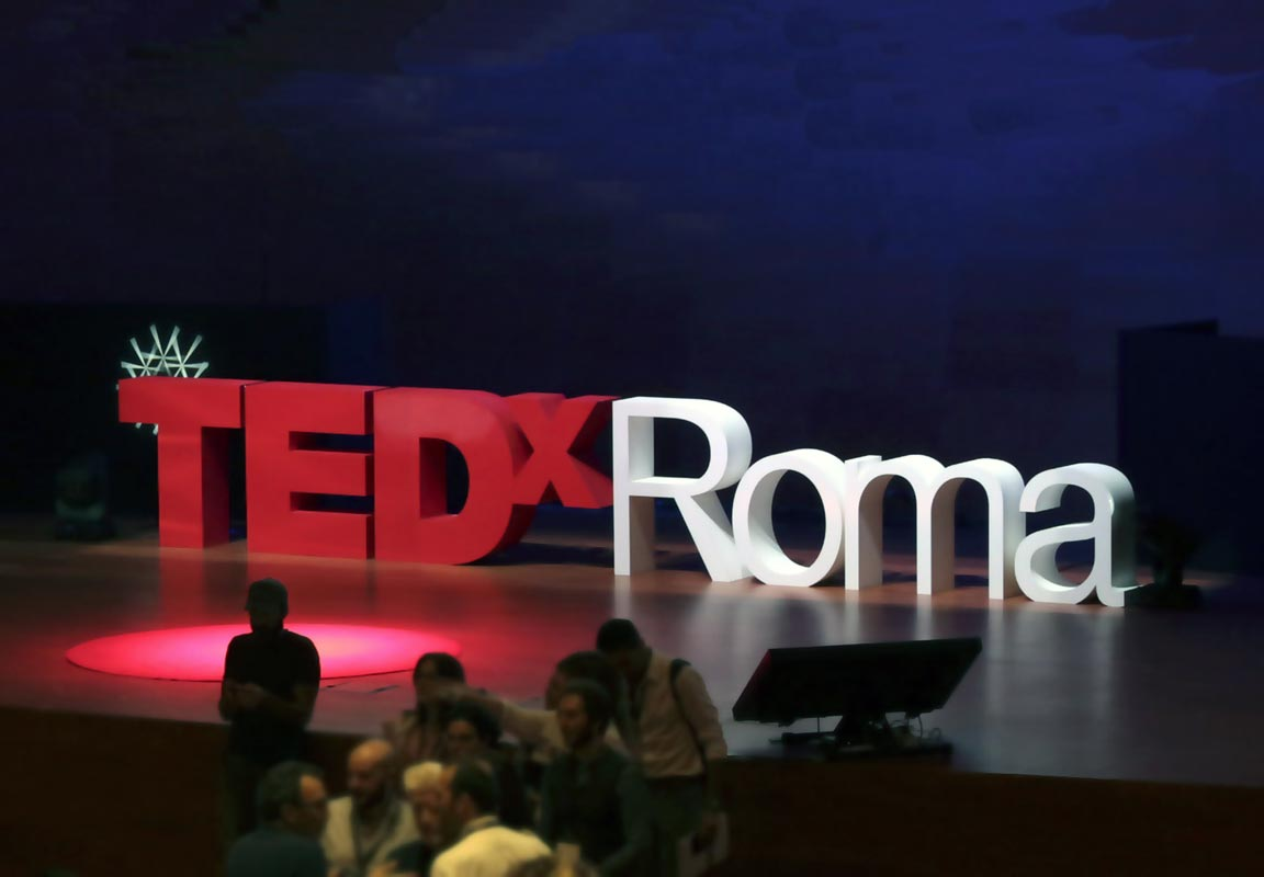 lettere TEDX Roma sul palco del teatro