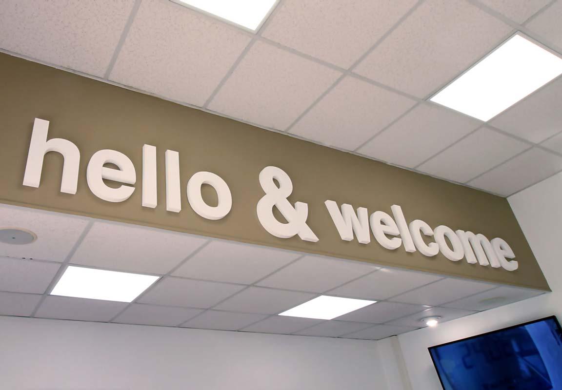 scritta in polistirolo hello & welcome sulla parete della reception