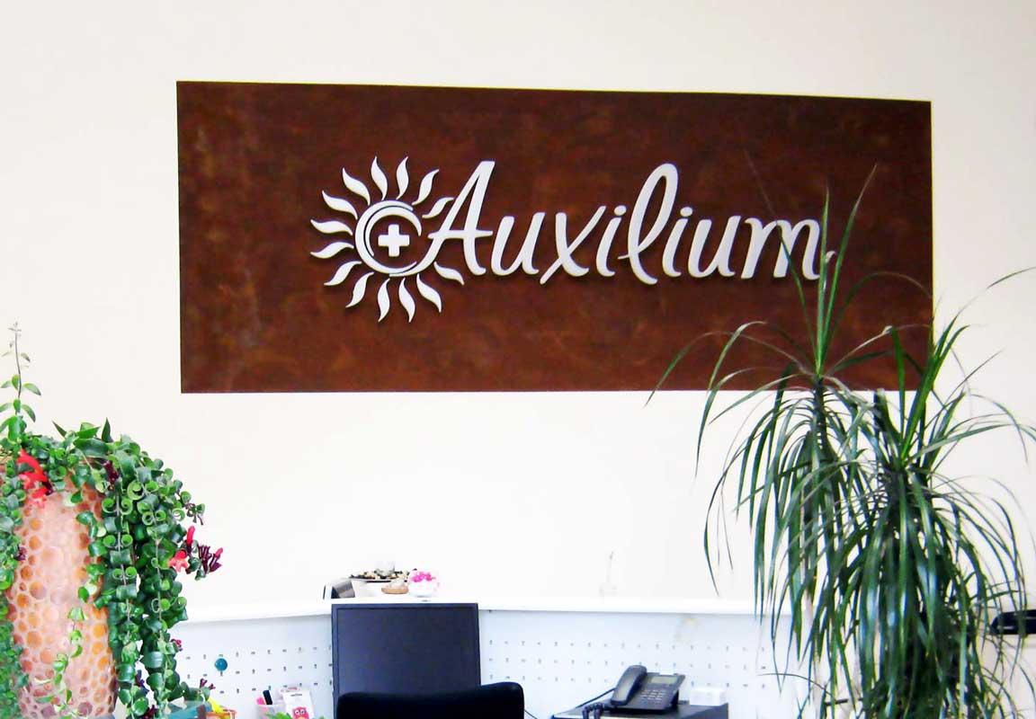scritta in polistirolo Auxilium sulla parete della reception