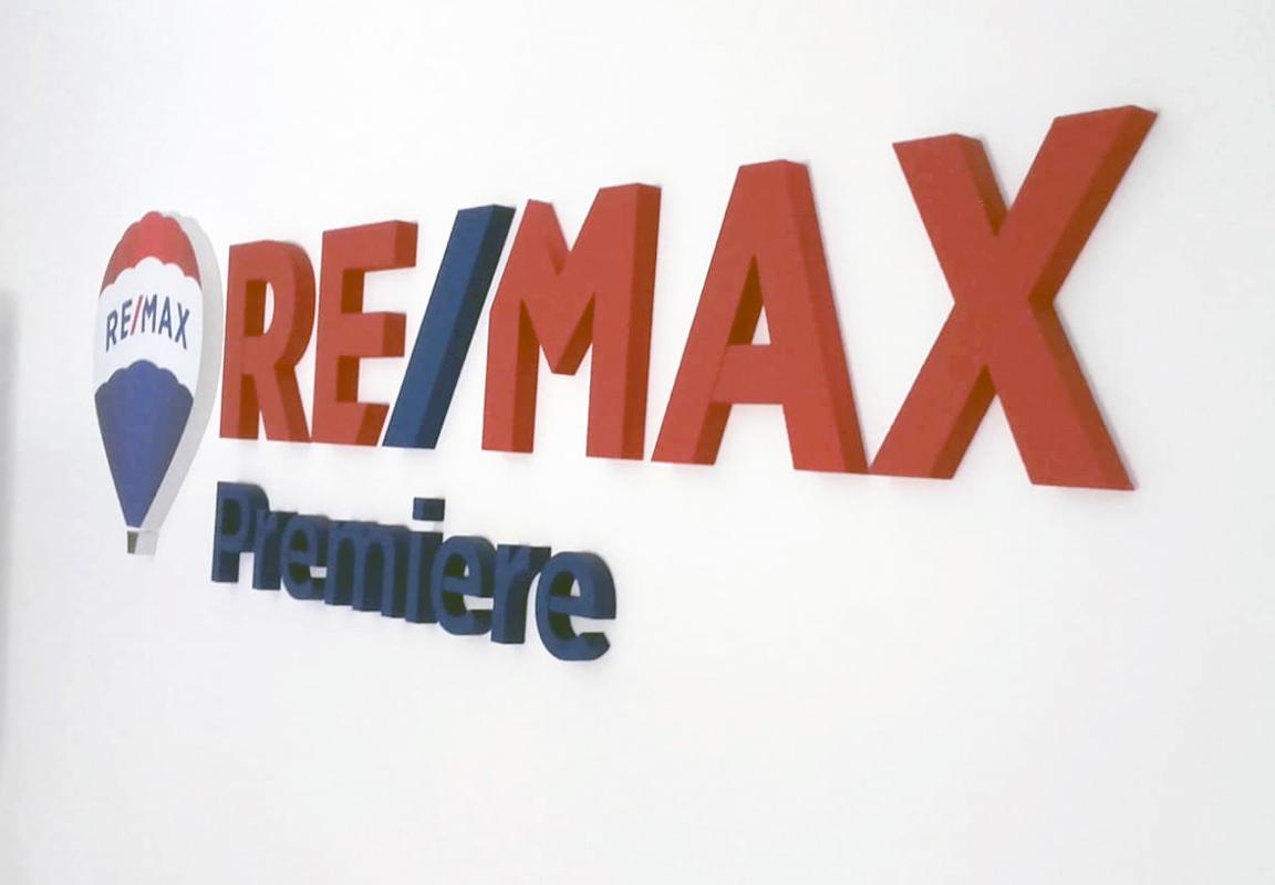 Logo in polistirolo per agenzia remax
