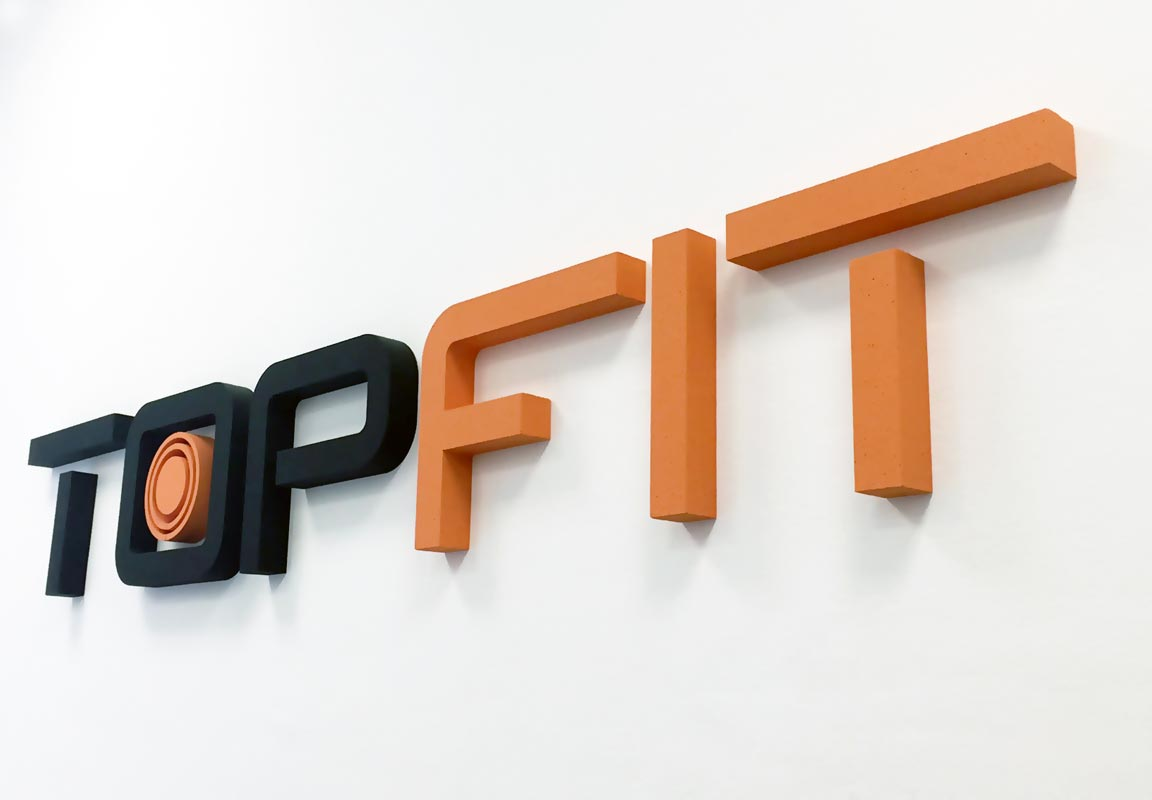 Logo in polistirolo per palestra Top Fit