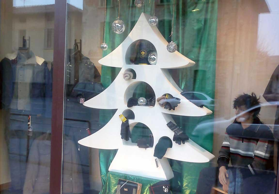 sagoma in polistirolo di albero natalizio per vetrina negozio
