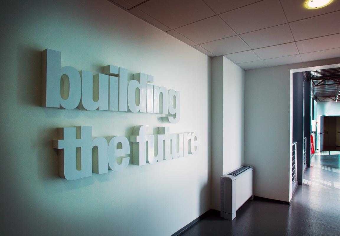 scritta in polistirolo corridoio building the future