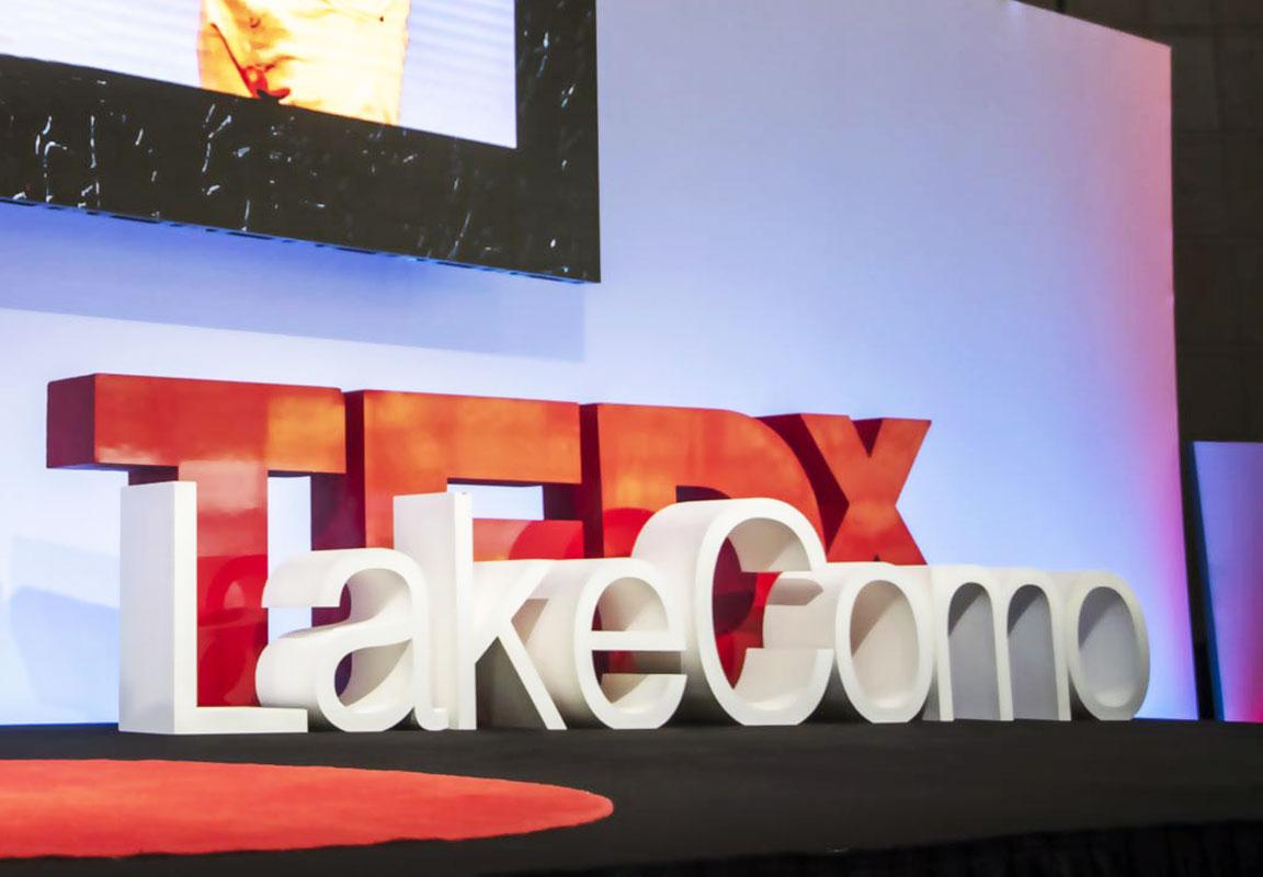 lettere per TEDX Lake Como disposte sul palco