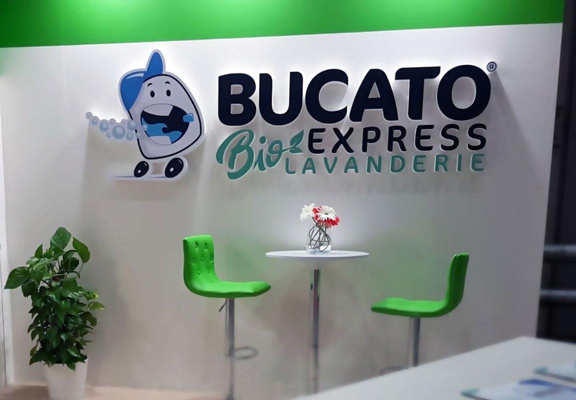 logo in polistirolo 3d Bucato Express installata in uno stand fiera
